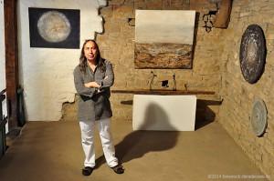 """Der spanische Künstler Amador Vallina in seiner Einzelausstellung """"La Naturaleza Muerta - Viva!"""" in der Galerie unterm Maulbeerbaum in Badenheim"""
