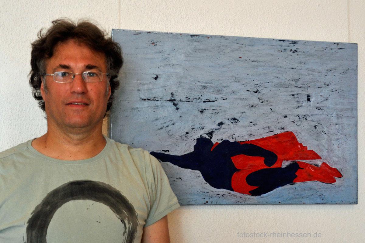 """Thomas Schroth in seiner Ausstellung """"Fluchten"""" in der Alten Schmiede Wettig, Nieder-Olm"""